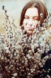 一个美丽的女孩的画象有巨大的一抱的杨柳 图库摄影