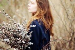一个美丽的女孩的画象有巨大的一抱的杨柳 免版税库存图片