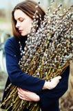 一个美丽的女孩的画象有巨大的一抱的杨柳 库存图片