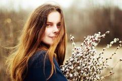 一个美丽的女孩的画象有巨大的一抱的杨柳 免版税库存照片