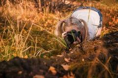 一个美丽的女孩的画象有拍照片的DSLR照相机的 库存图片
