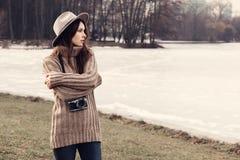 一个美丽的女孩的画象有照相机的在帽子 免版税库存照片