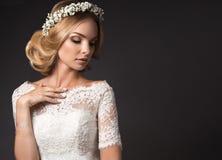 一个美丽的女孩的画象有花的在她的头发 秀丽表面 在样式boho的婚礼图象 免版税库存照片