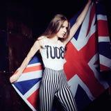一个美丽的女孩的画象有英国旗子的 库存图片
