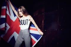 一个美丽的女孩的画象有英国旗子的 免版税库存照片