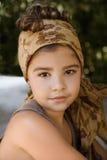 一个美丽的女孩的画象有顶头围巾的 免版税库存图片