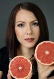 一个美丽的女孩的画象用果子 库存照片