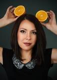 一个美丽的女孩的画象用果子 图库摄影