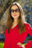 一个美丽的女孩的画象红色衬衣的在backgroun 库存图片