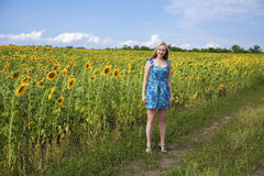 一个美丽的女孩的画象蓝色礼服的在背景 免版税库存照片