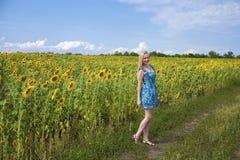 一个美丽的女孩的画象蓝色礼服的在背景 免版税库存图片