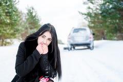 一个美丽的女孩的画象,汽车在发生故障 免版税库存照片