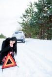 一个美丽的女孩的画象,汽车在发生故障 库存照片