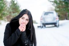 一个美丽的女孩的画象,汽车在发生故障 库存图片