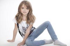 一个美丽的女孩的画象T恤杉和长裤的 库存图片