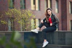 一个美丽的女孩的Portraportrait一个美丽的微笑的女孩的都市environmentit的丁香的 免版税图库摄影