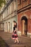 一个美丽的女孩的Portraportrait一个美丽的微笑的女孩的都市environmentit的丁香的 免版税库存图片
