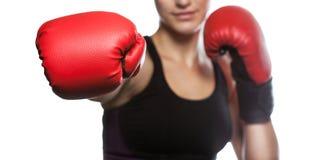 一个美丽的女运动员在健身房装箱 做体育 免版税库存照片