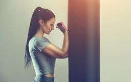 一个美丽的女运动员在健身房装箱 库存照片