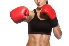 一个美丽的女运动员在健身房装箱 免版税库存照片