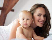 一个美丽的妇女和逗人喜爱的婴孩的画象 免版税库存图片