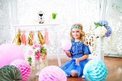 一个美丽的小女孩的画象在演播室装饰了许多颜色气球 免版税图库摄影