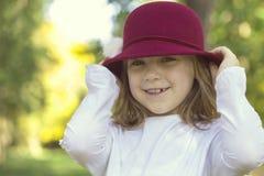 一个美丽的小女孩的画象有帽子的 免版税库存照片