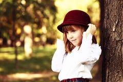 一个美丽的小女孩的画象有帽子的 图库摄影