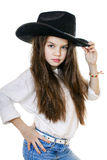 一个美丽的小女孩的画象一个黑牛仔帽的 库存照片