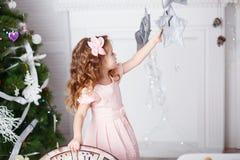 一个美丽的小女孩的画象一件桃红色礼服的在相互 库存图片