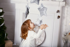 一个美丽的小女孩的画象一件白色礼服的在inte 库存图片