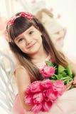 一个美丽的小女孩的画象有花的 图库摄影