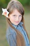 一个美丽的小女孩的画象 免版税库存照片