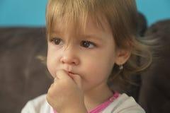 一个美丽的小女孩看起来哀伤 库存图片