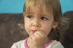 一个美丽的小女孩看起来哀伤 免版税库存照片