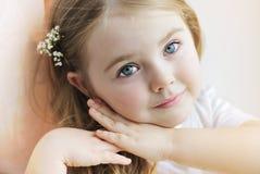 一个美丽的小女孩 免版税库存照片