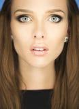 一个美丽的少妇的壮观的画象有蓝眼睛的 图库摄影