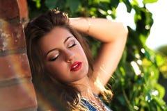 一个美丽的少妇的特写镜头,有红色唇膏的肥满嘴唇 免版税库存照片