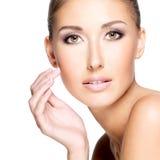 一个美丽的少妇的特写镜头有清楚的新鲜的皮肤的 库存照片