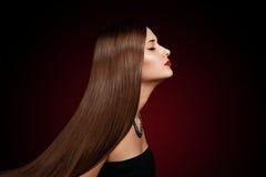 一个美丽的少妇的特写镜头纵向有典雅的长的发光的头发的 免版税图库摄影
