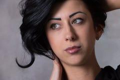 一个美丽的少妇的特写镜头画象有典雅的长的发光的头发的,概念发型 免版税库存照片