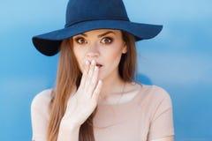 一个美丽的少妇的特写镜头画象有帽子室外看的照相机的 免版税库存图片