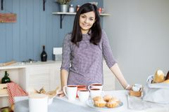 一个美丽的少妇的画象在厨房里 库存图片