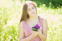 一个美丽的少妇的纵向有棕色头发的 库存图片