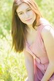 一个美丽的少妇的纵向有棕色头发的 免版税库存照片