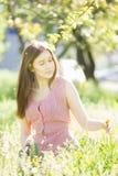 一个美丽的少妇的纵向有棕色头发的 免版税图库摄影