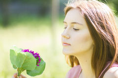 一个美丽的少妇的纵向有棕色头发的 免版税库存图片