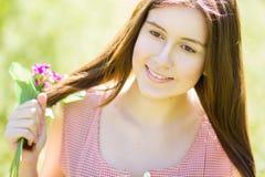 一个美丽的少妇的纵向有棕色头发的 库存照片