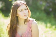 一个美丽的少妇的纵向有棕色头发的 图库摄影