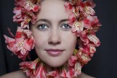 一名美丽的妇女的面孔有花的 免版税图库摄影